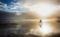 man-running-on-the-beach-5120x3200-wide-wallpapers.net